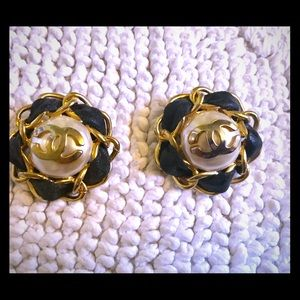 CHANEL earrings clip on vintage. Authentic